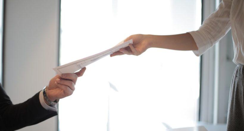 La remise des documents de fin de contrat